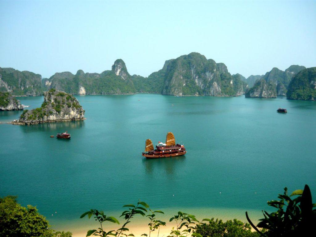 Toàn cảnh vịnh Hạ Long